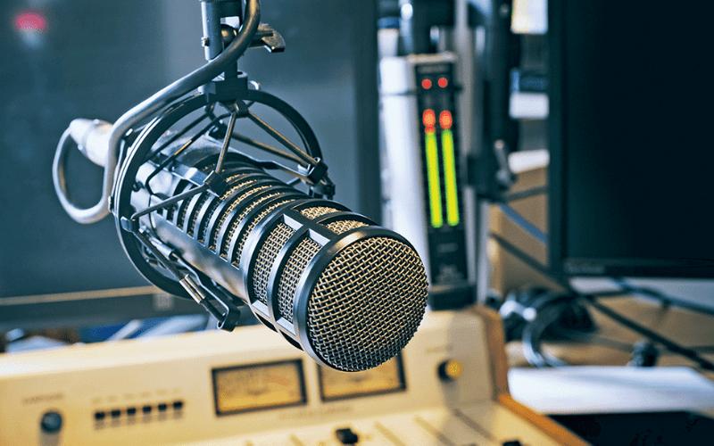 Presentatore radiofonico: Ecco come passare dalla zona amici…